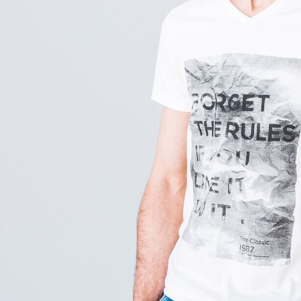 "T-shirt col V imprimé ""Forget the rules"""