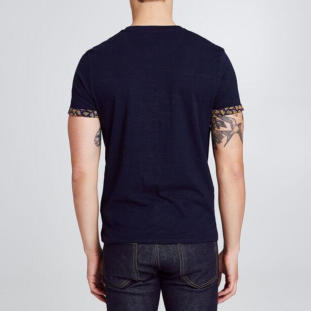 T-shirt avec découpe poitrine et revers bas manche