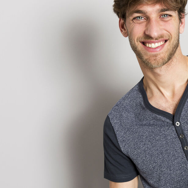 T-shirt encolure boutonnée manches courtes