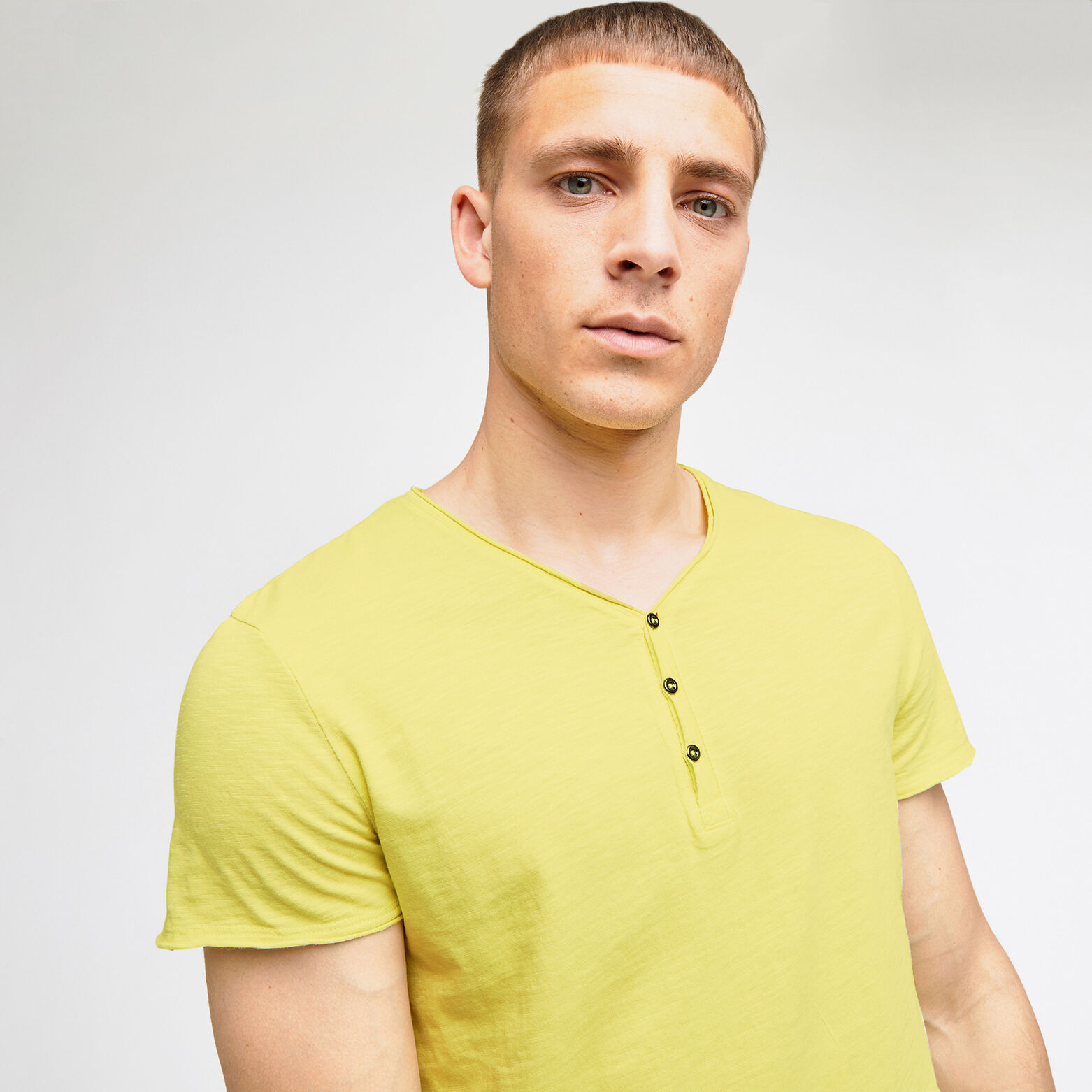 Tee-shirt col tunisien matière flammée avec lavage