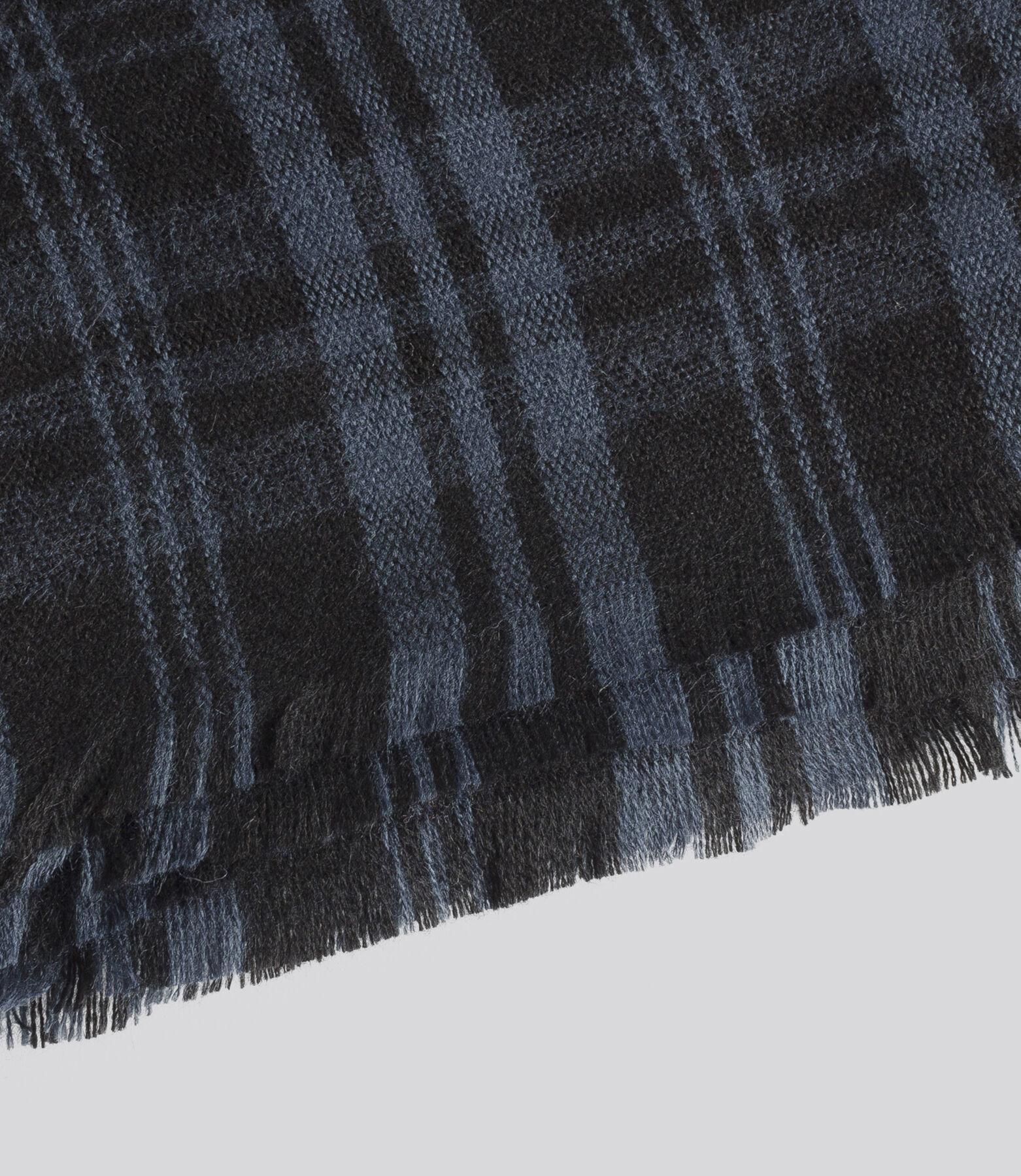 Chèche carreaux laineux décliné dans deux coloris.