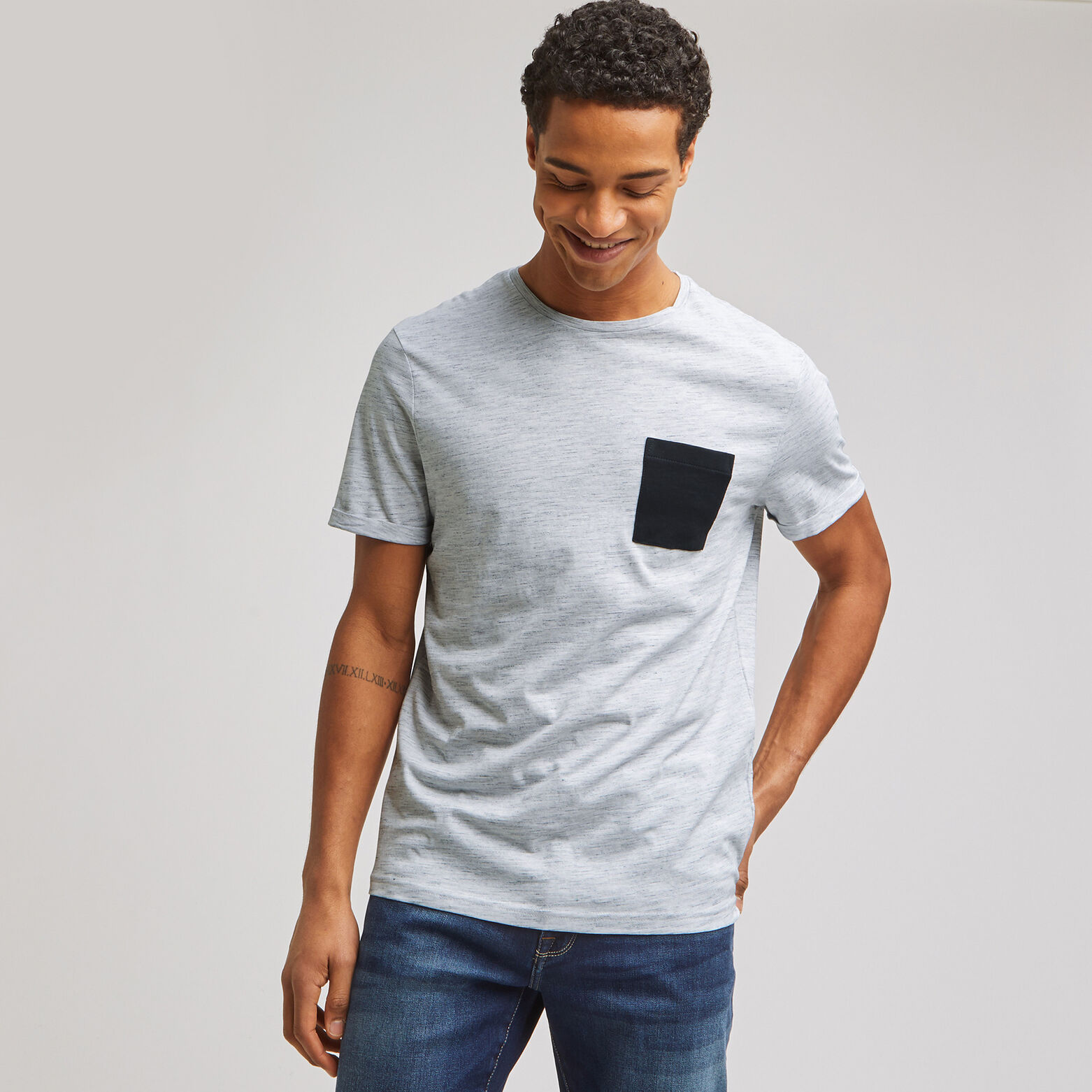 Tee-shirt matière fantaisie poche contrastée conte