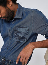 Jeanshemd met camouflagedetail op de zak