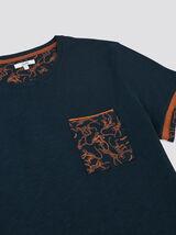 Tee-shirt poche et poignet imprimés fantaisie